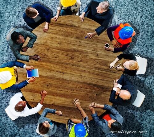 円卓でディスカッションする社会人学生